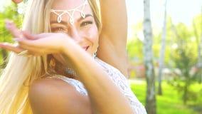 白肤金发的女性舞蹈家特写镜头肉欲的服装的在有透镜火光的晴朗的公园 影视素材