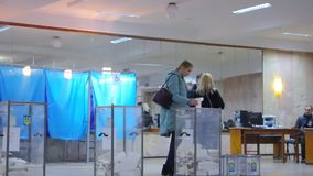 白肤金发的女性选民在投票箱投入选票 乌克兰总统的竞选 股票视频