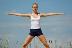 白肤金发的女性锻炼 免版税库存图片