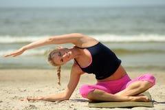 白肤金发的女性锻炼 图库摄影