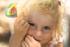 白肤金发的女婴和棒棒糖 免版税库存图片