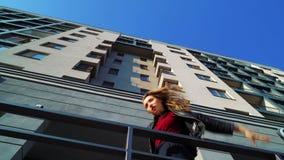 白肤金发的妇女低角度射击在多楼层大厦附近执行现代舞 股票录像