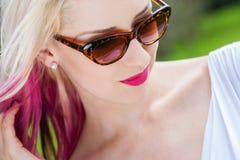 白肤金发的妇女佩带的太阳镜外面 库存图片