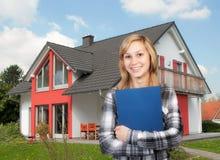 年轻白肤金发的妇女和家 免版税图库摄影