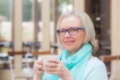白肤金发的妇女咖啡 库存图片