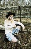 年轻白肤金发的妇女在有枪的森林 库存图片