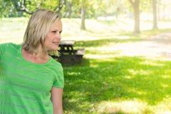 白肤金发的妇女在晴朗的公园Copyspace 库存照片