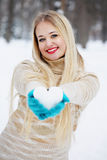 白肤金发的妇女拿着心脏 免版税库存图片