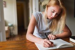 年轻白肤金发的妇女文字笔记 免版税库存图片