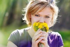 白肤金发的妇女气味蒲公英 库存图片