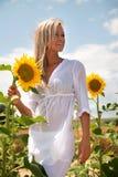 白肤金发的妇女用向日葵 免版税库存照片