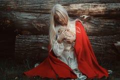 白肤金发的妇女用她小的兔子 免版税库存照片