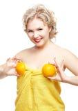 白肤金发的妇女用桔子 库存图片