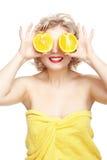 白肤金发的妇女用桔子 免版税库存照片