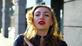 白肤金发的妇女画象有接触她的在日落光芒的红色口红的头发  股票视频