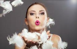 白肤金发的妇女秀丽画象有羽毛的 库存图片