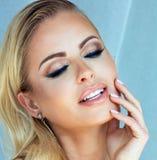 白肤金发的妇女秀丽画象有魅力构成的 免版税库存图片