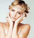 年轻白肤金发的妇女穿戴了象古希腊女神,金首饰关闭被隔绝,手修剪红色的美丽的女孩 免版税图库摄影