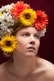 白肤金发的妇女纵向有花圈的 库存图片