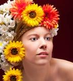 白肤金发的妇女纵向有花圈的 免版税库存图片