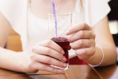 白肤金发的妇女饮用的圆滑的人 免版税库存照片