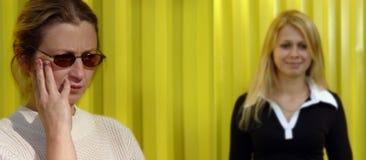 白肤金发的妇女黄色 免版税库存图片