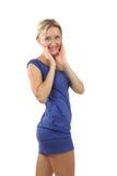 白肤金发的妇女, 34岁,在一件短的蓝色礼服。 库存图片
