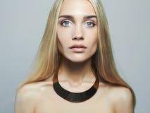 白肤金发的妇女年轻人 美丽的女孩 图库摄影
