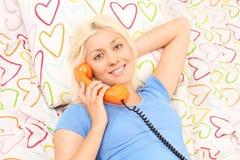 白肤金发的妇女说在电话里 库存照片