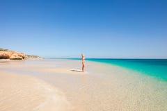 白肤金发的妇女绿松石天堂海滩 免版税库存图片