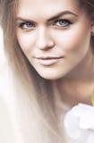白肤金发的妇女轻的画象  免版税库存图片