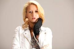 年轻白肤金发的妇女画象  免版税库存照片