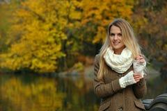 年轻白肤金发的妇女 免版税库存图片