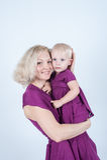 白肤金发的妈妈和女儿在白色背景的演播室 免版税库存照片