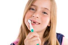 白肤金发的孩子凹进的女孩清洁牙牙刷 免版税库存照片