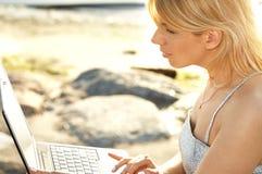 白肤金发的室外照片 免版税库存图片