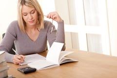 白肤金发的家庭作业系列学员文字 免版税库存图片