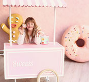 白肤金发的小女孩用糖果 图库摄影