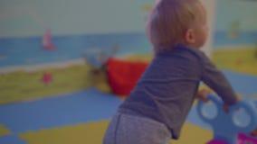 白肤金发的小孩推挤玩具汽车 股票录像