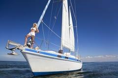白肤金发的小船弓风帆妇女 图库摄影