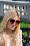 白肤金发的少妇佩带的太阳镜 免版税库存图片