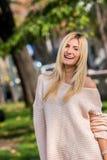 白肤金发的少妇在公园 图库摄影