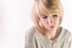白肤金发的少妇在大白色开士米毛线衣穿戴了 免版税库存照片