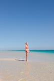 白肤金发的少妇天堂海滩 免版税库存图片