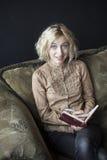 白肤金发的少妇文字在她的学报上 图库摄影