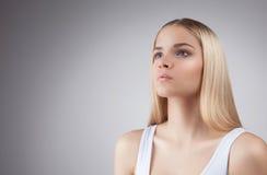 白肤金发的少年女孩的秀丽面孔白色背景的 图库摄影