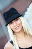 白肤金发的帽子微笑的妇女年轻人 免版税库存图片