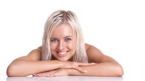 白肤金发的微笑的妇女年轻人 免版税库存照片