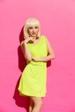 白肤金发的快乐的纵向妇女 免版税库存图片