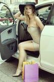 白肤金发的性感的夫人从汽车出去 库存照片